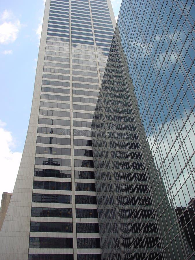 De collectieve gebouwen van wolkenkrabbers in Manhattan met spiegelbezinningen stock foto