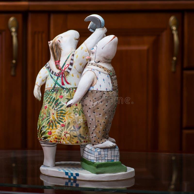 De collector en zijn hippos in een privé-collectie stock afbeeldingen