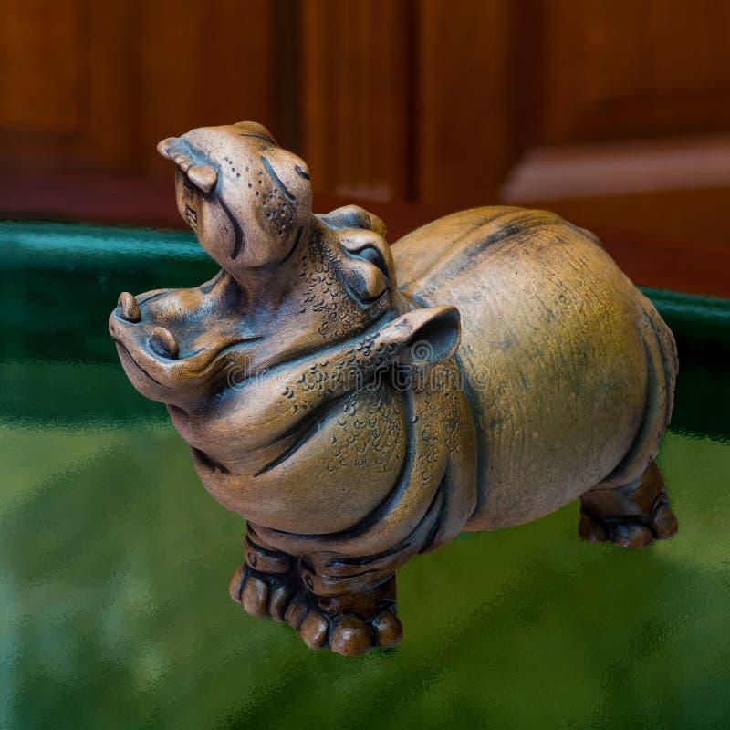 De collector en zijn hippos in een privé-collectie stock foto's