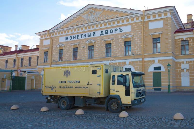 De collectorvrachtwagen ` Berkut 683821 ` de Bank van Rusland op de achtergrond van de hoofdgebouw` Munt ` stock foto's