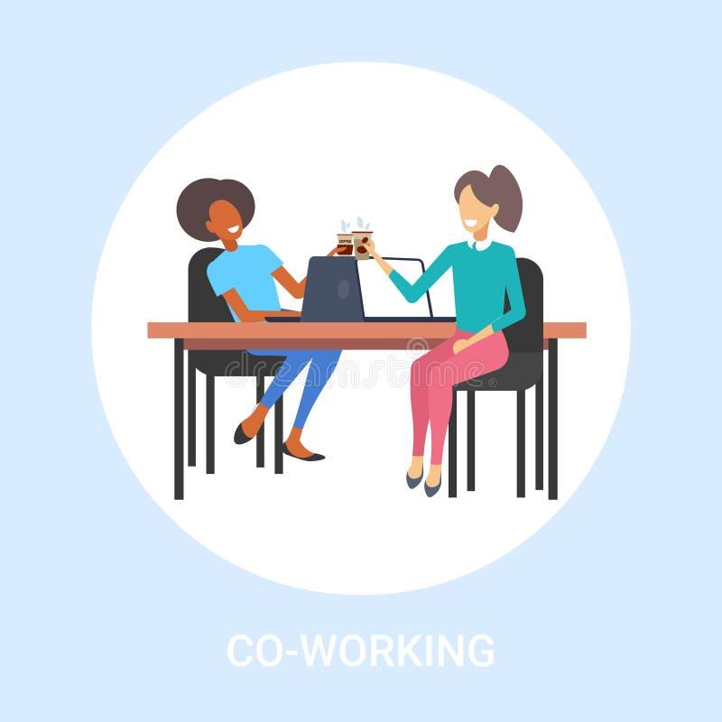 De collega's die van paaronderneemsters tijdens koffiepauze bespreken mengen ras bedrijfsvrouwen die op het werk zitten vector illustratie