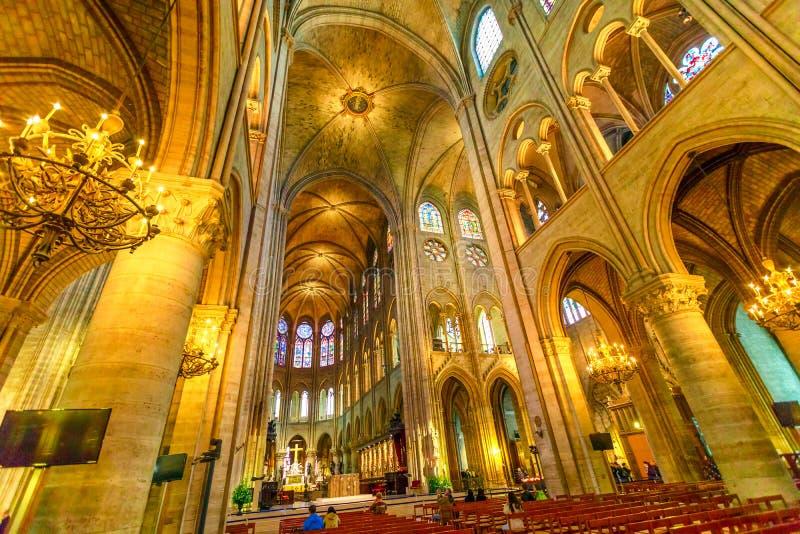 De colonnade en het plafond van Notre Dame stock afbeeldingen
