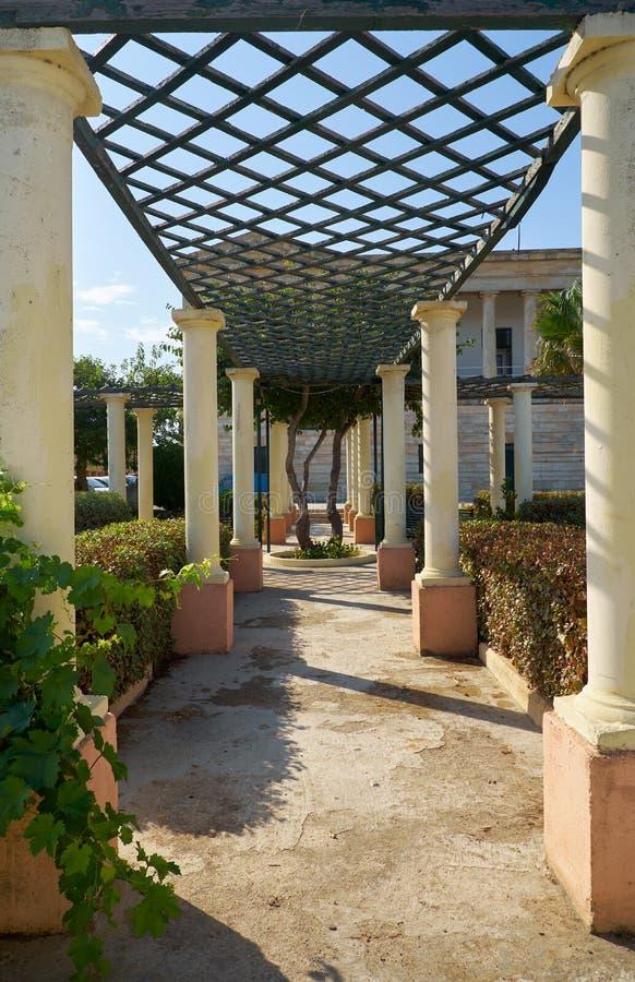 De colonnadegang met pergola in de Grote tuin van Villa stock foto