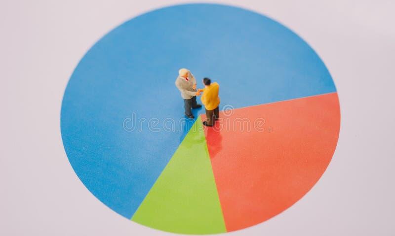 De común acuerdo con los socios comerciales en las 3 partes imagen de archivo libre de regalías