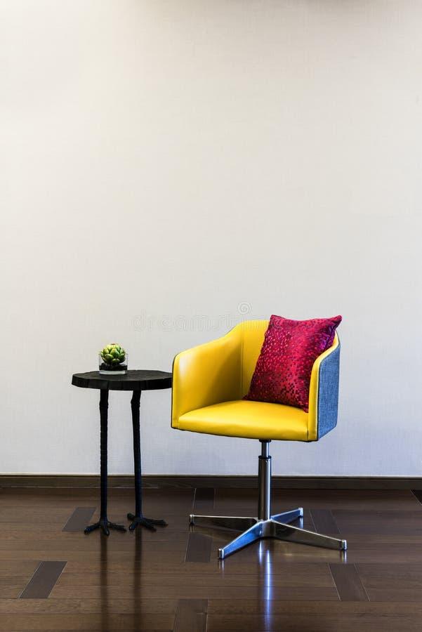 De combinatie van de lijststoel voor een duidelijke muur royalty-vrije stock afbeelding