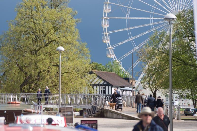 De combinatie van kanaalschip, grote ferris rijdt en muziektent in Stratford op Avon tijdens toeristenseizoen royalty-vrije stock foto