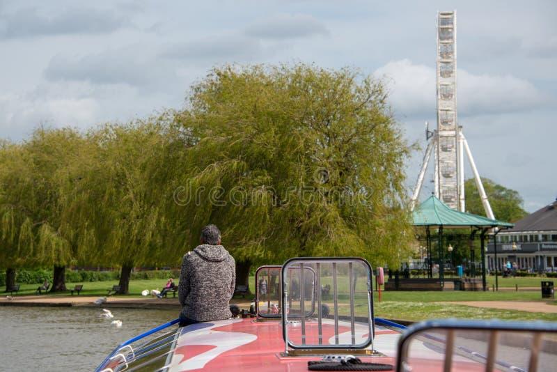 De combinatie van kanaalschip, grote ferris rijdt en muziektent in Stratford op Avon tijdens toeristenseizoen stock afbeeldingen