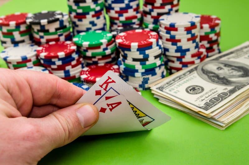 De combinatie van de spelkaart in de hand van de mens, op groene achtergrond royalty-vrije stock afbeeldingen