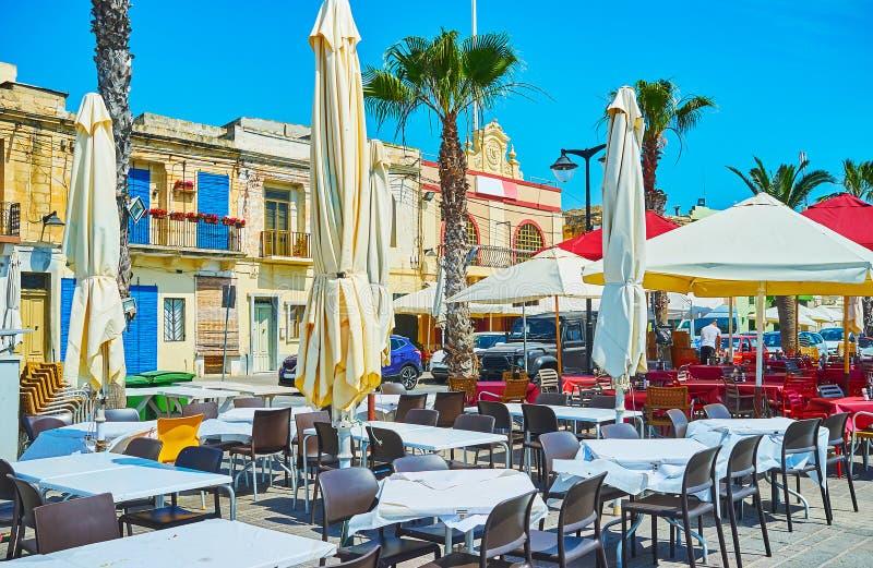 De comfortabele openluchtkoffie op kust van Marsaxlokk royalty-vrije stock fotografie
