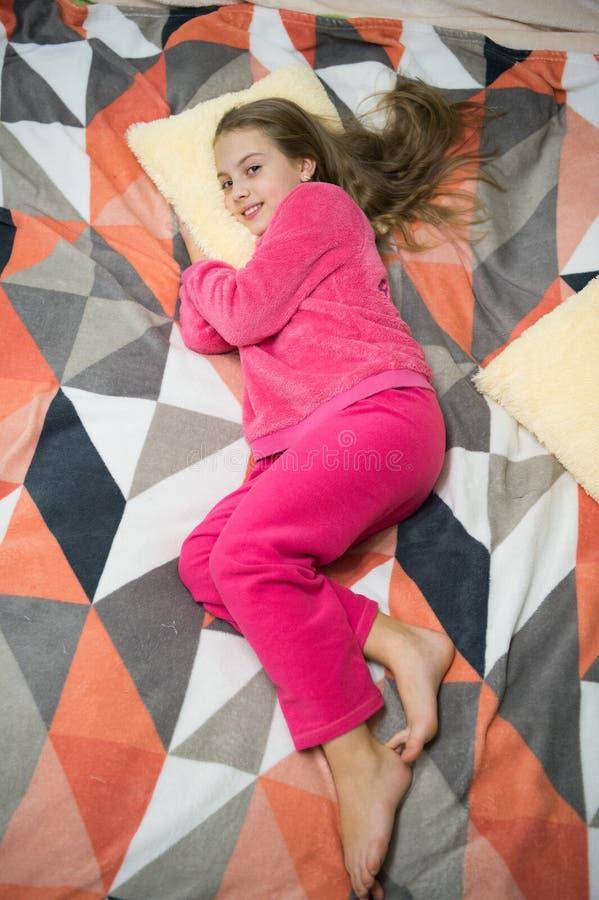 De comfortabele pyjama's voor ontspannen Meisje de zachte leuke pyjama's van weinig jong geitjeslijtage terwijl het ontspannen op stock foto's