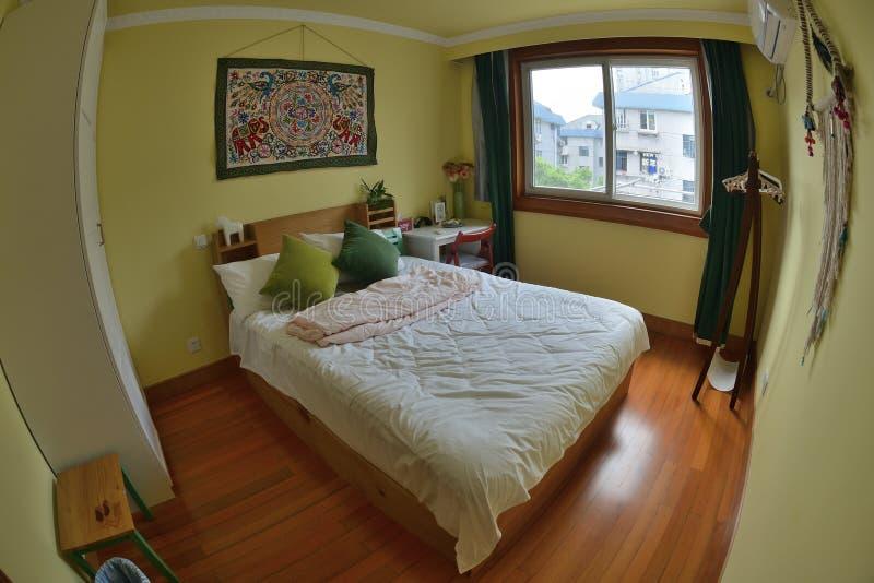 De comfortabele slaapkamer van de de dienstflat royalty-vrije stock afbeeldingen