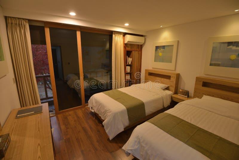 De comfortabele slaapkamer van de de dienstflat stock fotografie