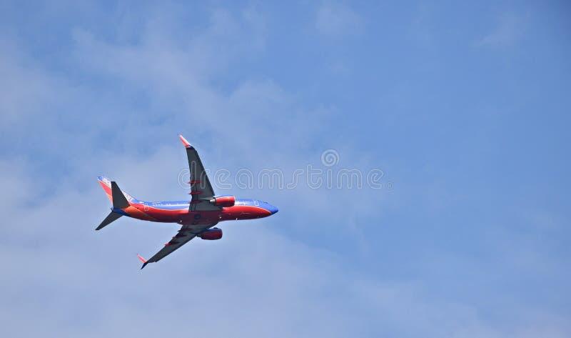 De commerciële die straal van Southwest Airlines in een blauwe hemel wordt geïsoleerd stock afbeeldingen