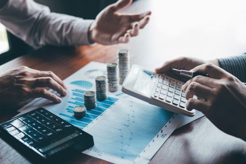 De commerciële groepsbrainstorming op vergadering aan de planning van projectfinanciën het analyseren berekent met rapportdocumen royalty-vrije stock foto