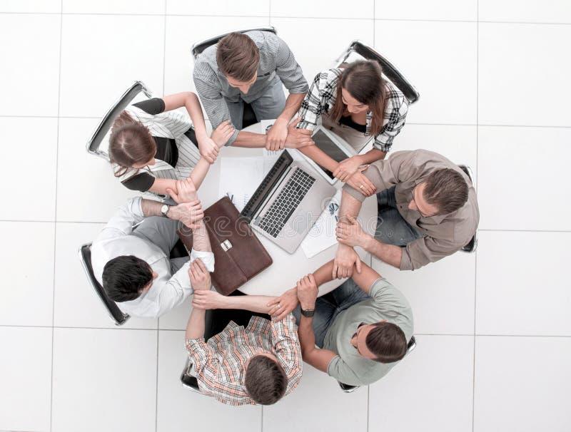 De commerciële teammensen sluiten zich aan bij handen vormt cirkel stock afbeelding