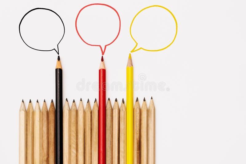 De communautaire mededeling, vertegenwoordigt mensenconferentie, sociale media interactie & overeenkomst groep die potloden idee  stock fotografie