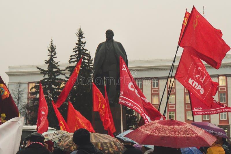 De Communistische partij maart ter ere van honderdjarig van de revolutie stock fotografie
