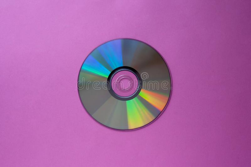De compact disc van CD op een purper-serings hoogste mening als achtergrond met exemplaarruimte royalty-vrije stock foto