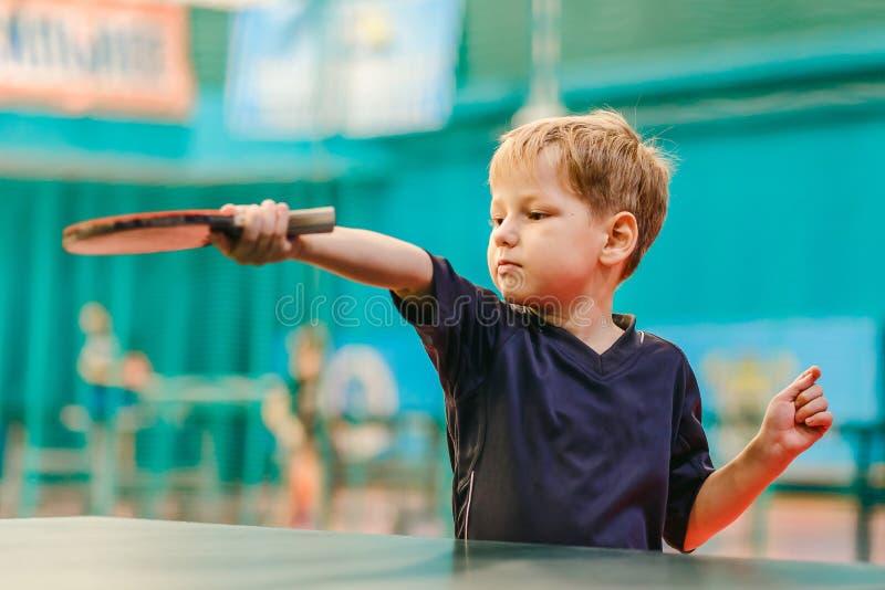 De competities in pingpong, het kind speelt pingpong stock foto