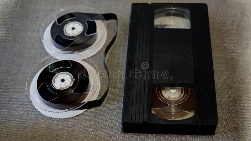De componenten van de VHS-banden op een grijze achtergrond royalty-vrije stock afbeeldingen