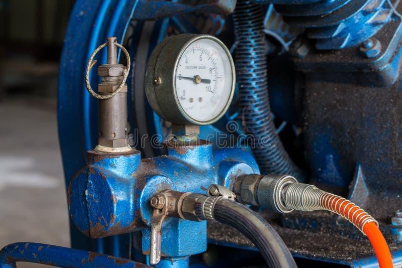 De compressor van de zuigerlucht in de fabriek wordt gebruikt die royalty-vrije stock foto's