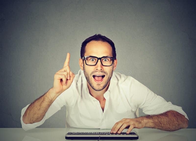 De computer geek mens kent het antwoord royalty-vrije stock afbeeldingen