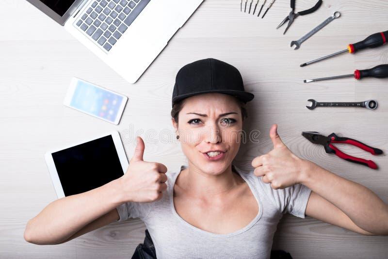 De computer geen probleem zegt deze vrouw stock fotografie
