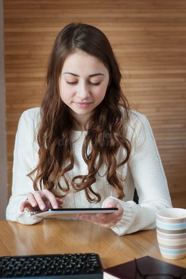 De computer van de tablet Bedrijfsvrouw die digitale PC van de tabletcomputer met behulp van royalty-vrije stock afbeelding