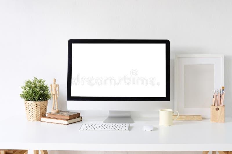 De computer van modelpc op witte lijst en ontwerperbureaulevering o royalty-vrije stock afbeeldingen