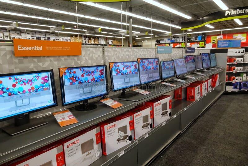 De computermonitors in Staples slaan op royalty-vrije stock afbeeldingen