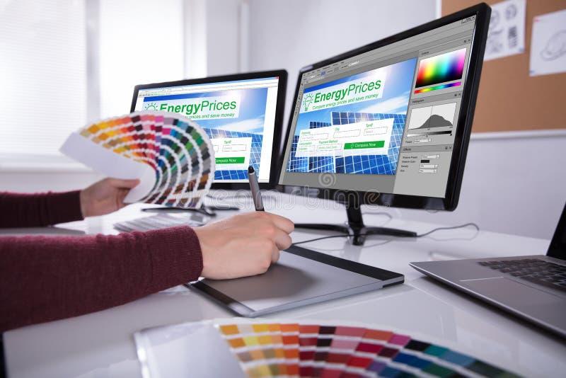 De de Computerschermen van ontwerperworking on multiple stock afbeelding