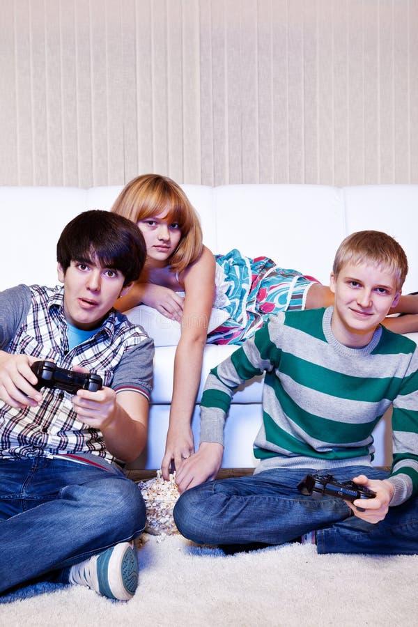 De computerspel van vrienden playng royalty-vrije stock fotografie
