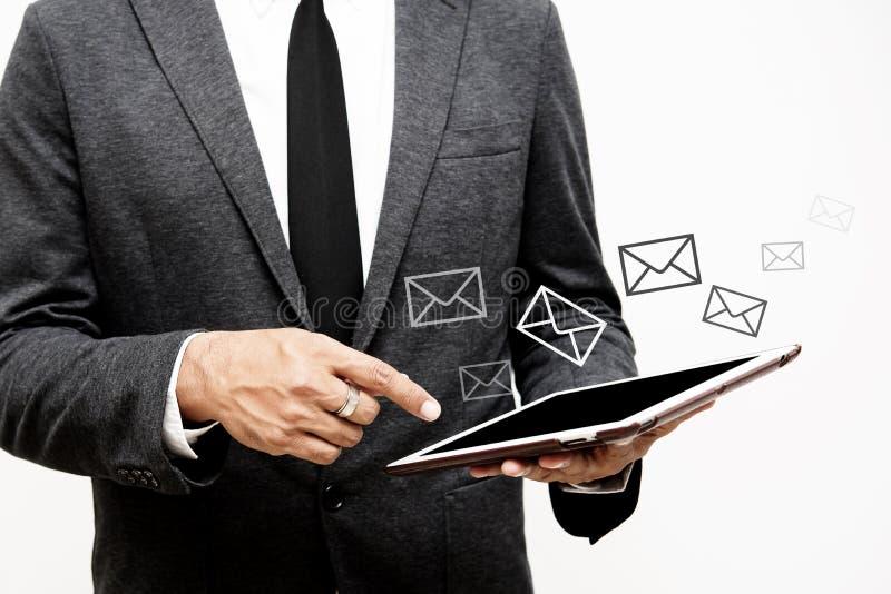 De computertablet van de bedrijfsmensenholding en selecti van de brievengrafiek stock foto