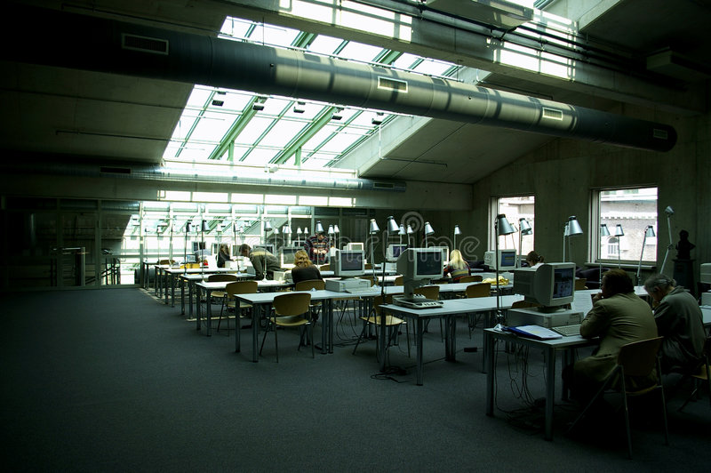 De computerzaal van de bibliotheek stock afbeelding