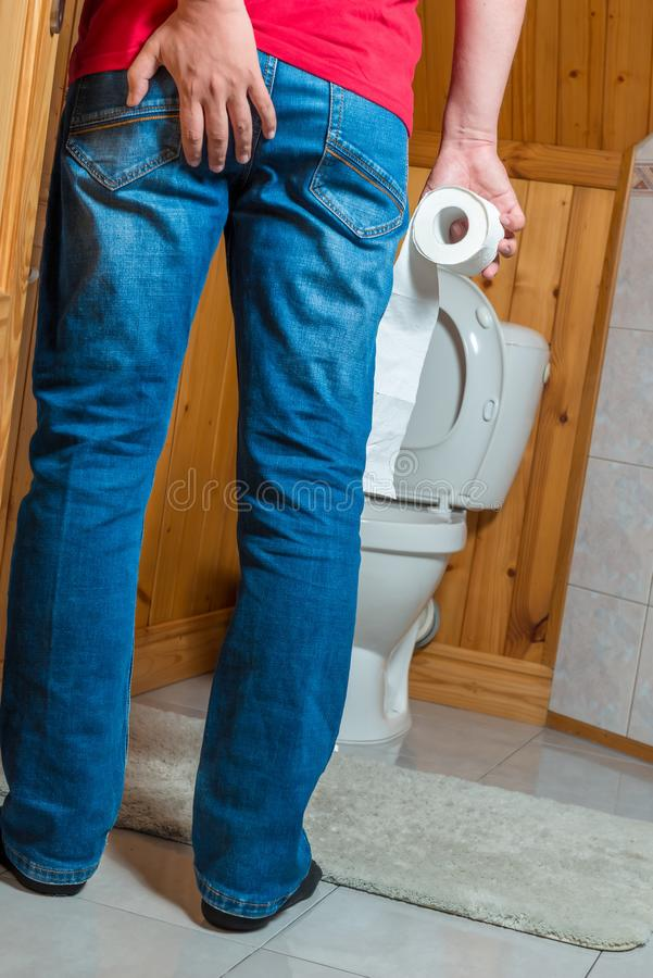 De conceptenfoto een mens was laat voor het toilet, het probleem van diar royalty-vrije stock fotografie
