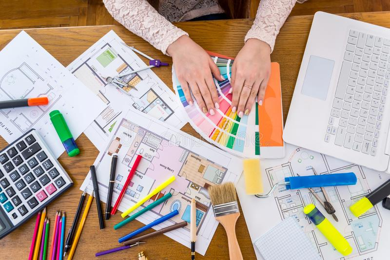 De conceptie 'van de ontwerperswerkplaats 'op een houten lijst stock afbeeldingen