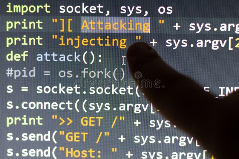 De conceptuele code van de cyberaanval stock foto