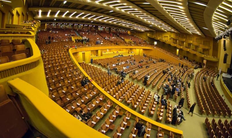 De concertzaalbinnenland van Boekarest Sala Palatului stock afbeeldingen