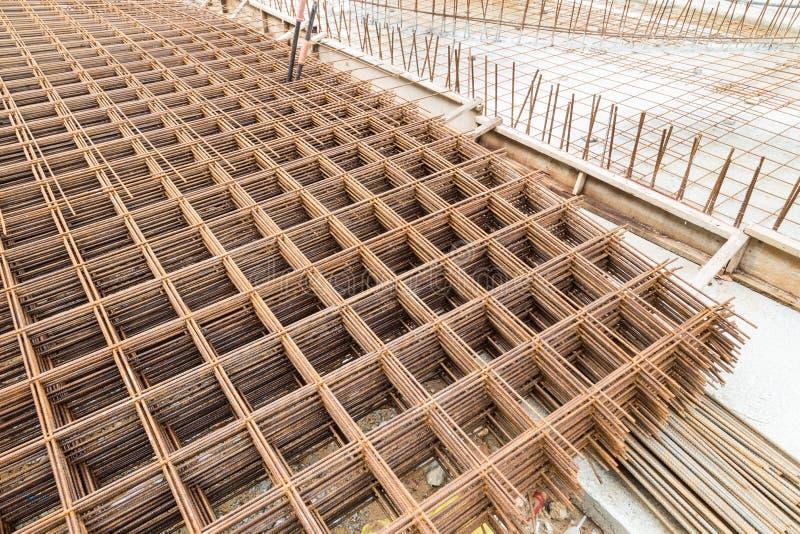 De concrete versterking van het metaalnetwerk bij bouwwerf royalty-vrije stock foto's