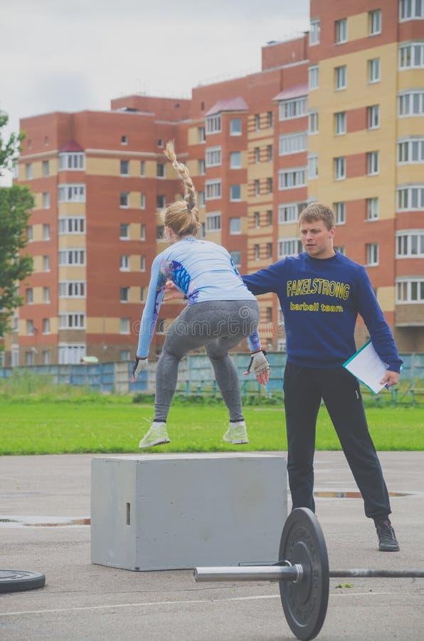De concurrentie van Rusland Nikolskoe Juli 2016 voor crossfit sportief meisje in blauw springt op de rand royalty-vrije stock fotografie