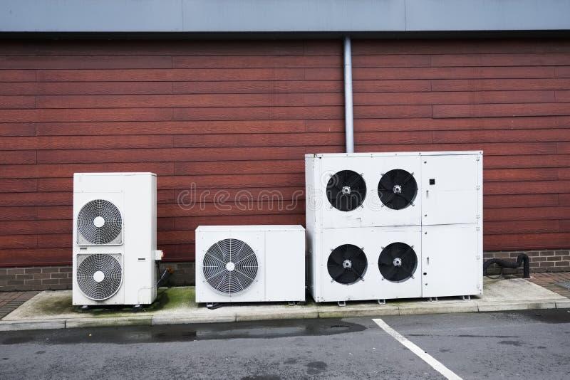 De condensatoren van het koelmiddelengas in openlucht voor airconditioningssysteem stock foto's