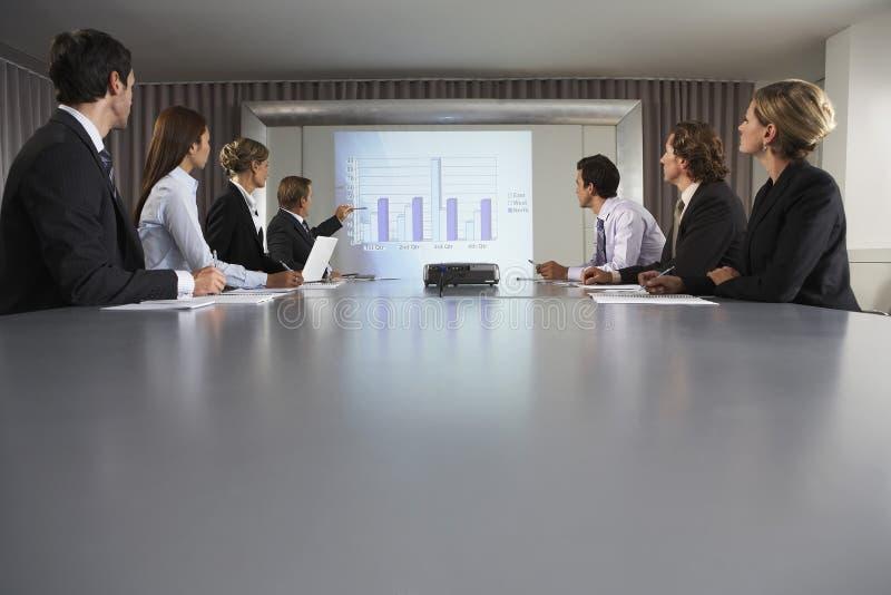 De Conferentiezaal van zakenmangiving presentation in royalty-vrije stock fotografie