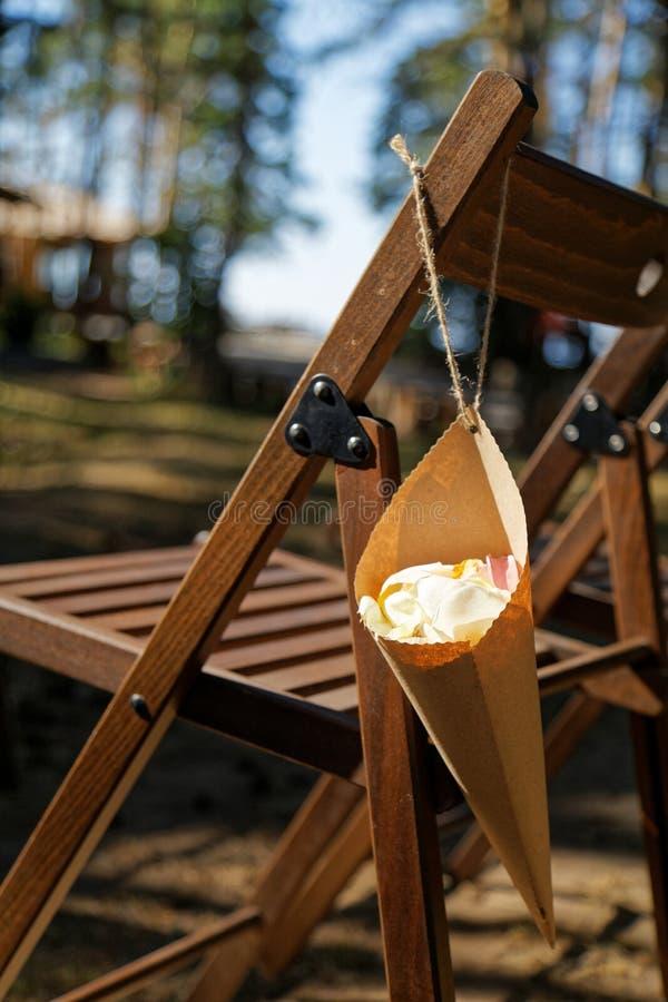 De confettienkegel die met huwelijk wordt gevuld nam bloemblaadjes toe stock afbeeldingen