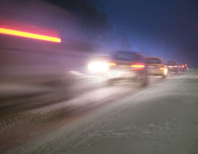 De congestie van het verkeer op een de winteravond stock foto