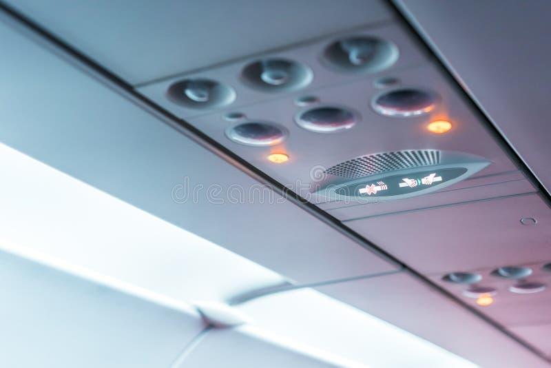 De Consolepaneel van het close-upvliegtuig; lamp, licht, de knoop van de behoeftehulp, luchtvoorwaarde, sefty riem en nr - rokend royalty-vrije stock foto