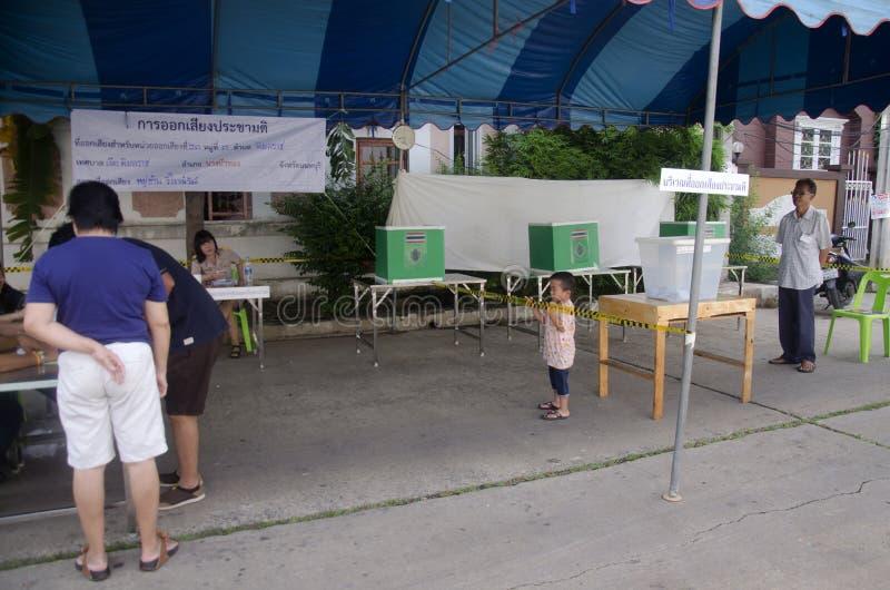 De constituerende Thaise stemming van het mensengebruik voor de daling van de stemverkiezing in bal stock foto