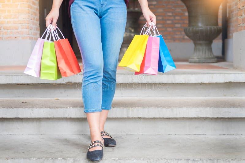 De consumentismevrouw die vele het winkelen zakken op manier houden die boutiqueafter stelt voor, genietend van verkoop en mensen stock afbeelding