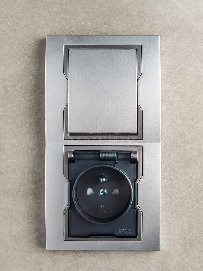 De contactdoos en de schakelaar van de badkamersmuur royalty-vrije stock fotografie