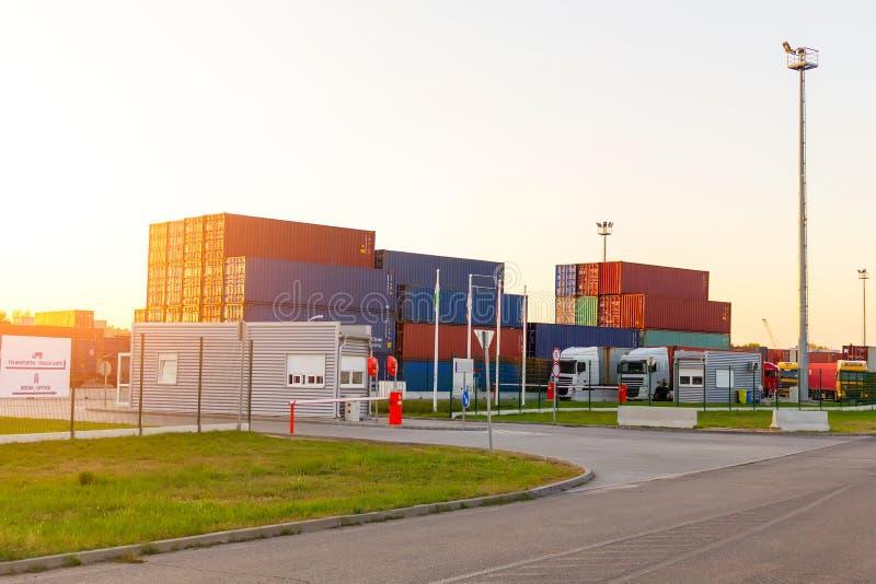 De container van het distributiepakhuis het verschepen royalty-vrije stock foto