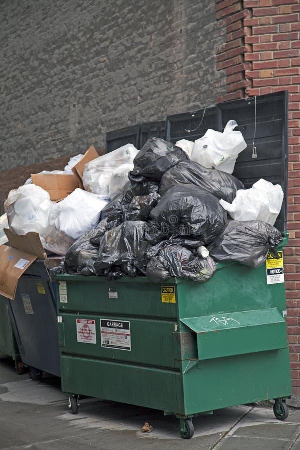 De container van het huisvuil stock fotografie